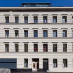 Aussenaufnahme der Fassade des sanierten Gebäudes in der Hollergasse mit neuem Dachausbau. Ein Bild von MANFRED SODIA photography.