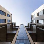 Blick nach oben im Hof des sanierten Gebäudes der Hollergasse. Erbaut durch Architekt Hannes Aichholzer, Ein Bild von MANFRED SODIA photography.